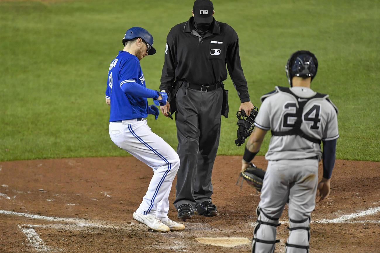 8回裏、ブルージェイズのジャンセンはヤンキースのクラッツから本塁打を放ち生還(AP)