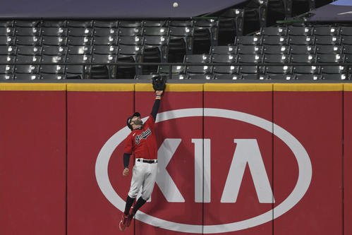6回、ヤンキース・サンチェスの打球は勝ち越し2ランに(AP)