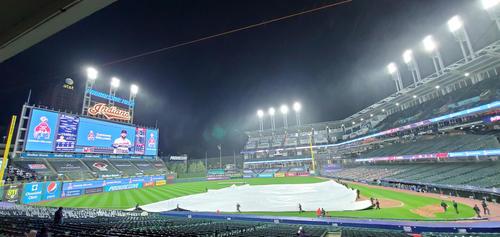 1回裏、激しい風雨でインディアンス-ヤンキース戦は中断(ロイター)