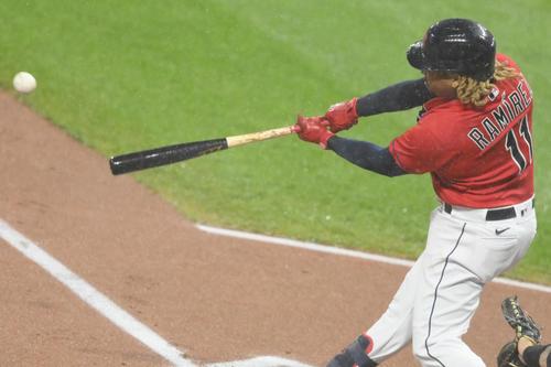 1回裏、先制の適時二塁打を放つ1ンディアンスのラミレス(ロイター)
