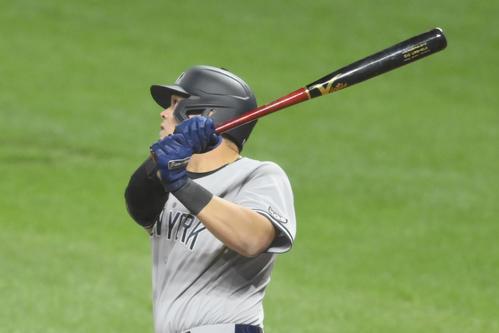 4回、逆転満塁弾を放つヤンキースのウルシェラ(ロイター)
