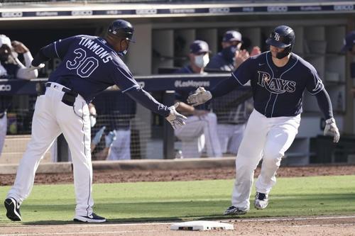 ア・リーグ優勝決定シリーズ第2戦 7回、本塁打を放ったレイズ・ズニーノ(右)(AP)