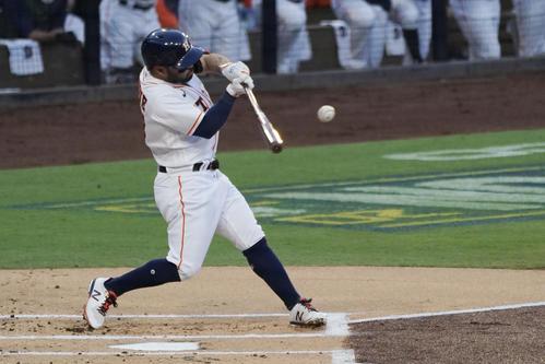1回に先制本塁打を放ったアストロズ・アルトゥーベ(AP)