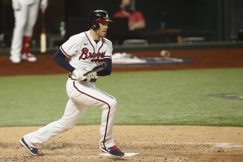ドジャース戦の6回、勝ち越しの適時二塁打を放つブレーブスのフリーマン(ロイター)