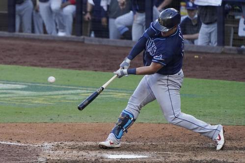 8回、本塁打を放つレイズのチェ・ジマン(AP)