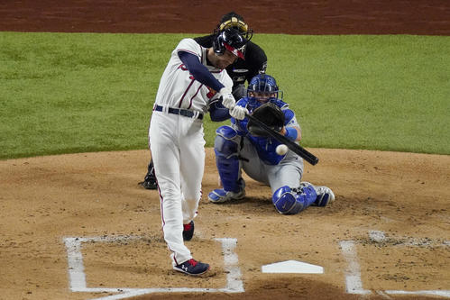 1回、二塁打を放つブレーブスのフリーマン(AP)
