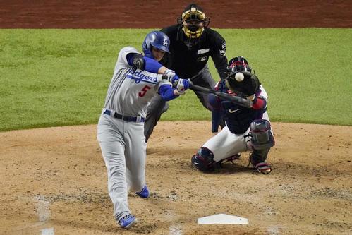 4回、ソロ本塁打を放つドジャースのシーガー(AP)