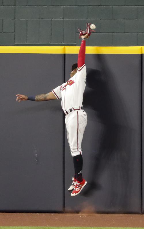 4回、ブレーブスのパチェがジャンプするもシーガーの打球はフェンスを越え本塁打に(AP)