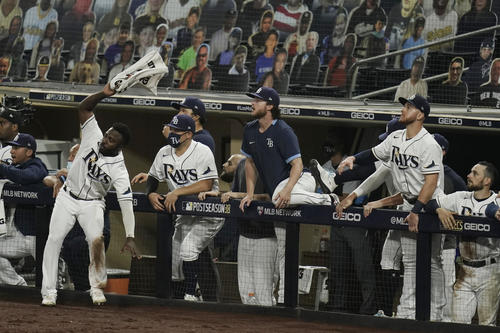ア・リーグ優勝決定シリーズ第7戦 6回、ズニーノの打球を見守るレイズベンチ(AP)