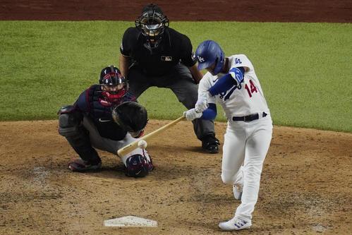 6回、同点本塁打を放つドジャース・ヘルナンデス(AP)