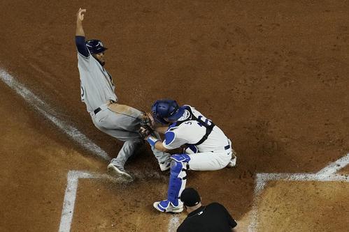 2回表1死ルー、縁はアダメジの遊ゴロで本塁を狙うがタッチアウト(AP)