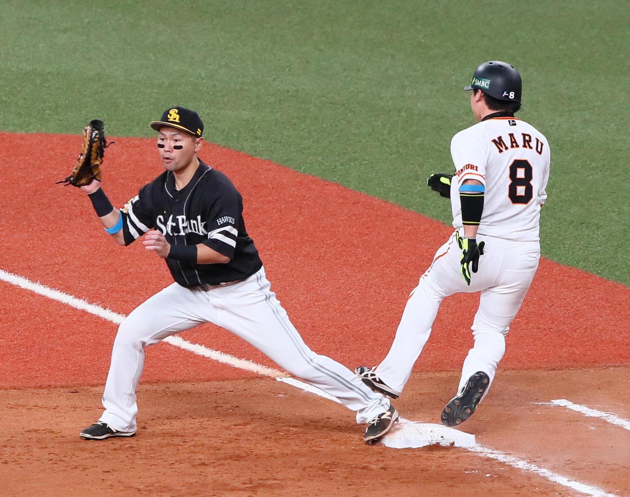 21日、4回裏巨人無死一、二塁、遊併殺打に倒れた丸佳浩(右)は一塁手中村晃と接触する