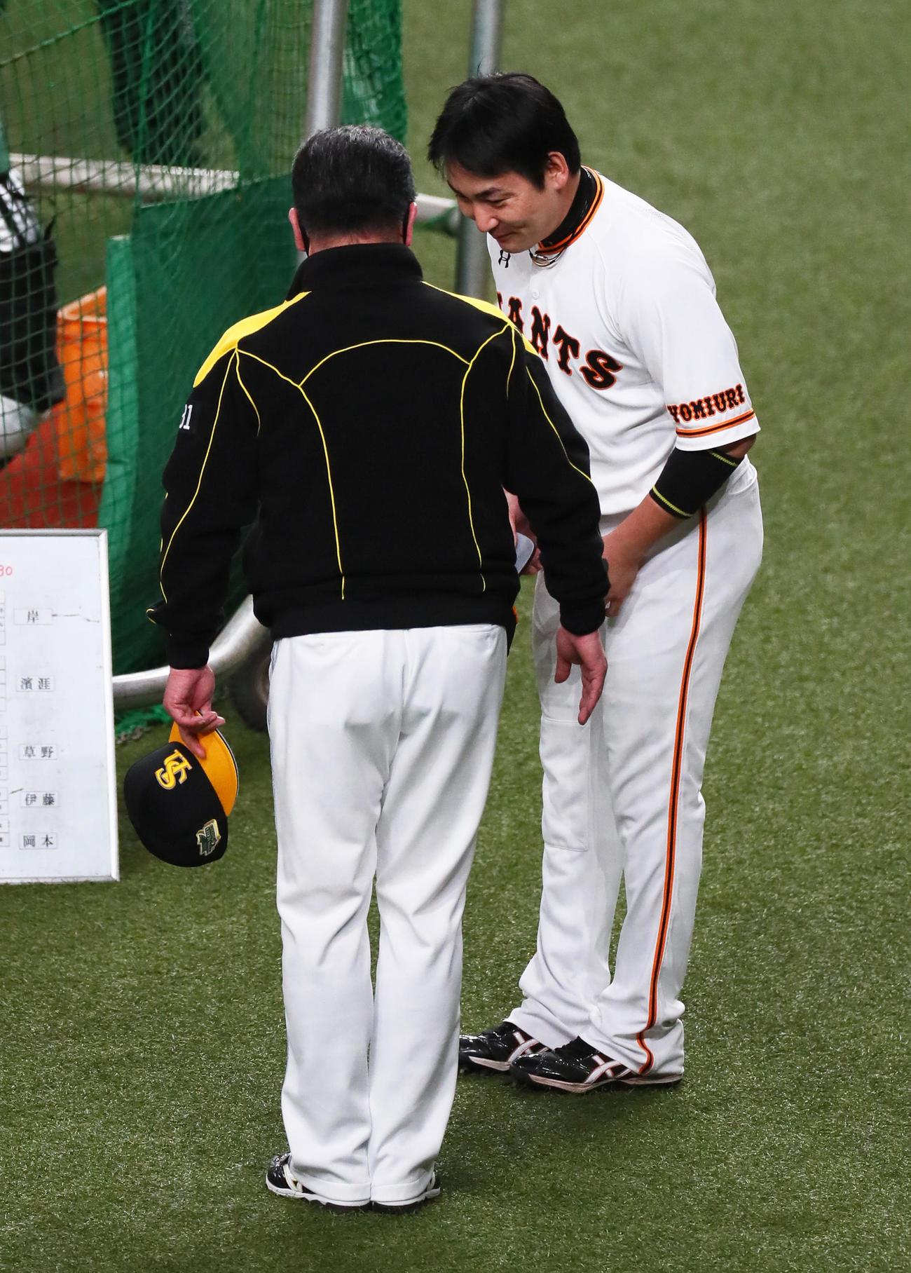 試合前、ソフトバンク工藤監督(左)にあいさつする巨人丸(撮影・足立雅史)