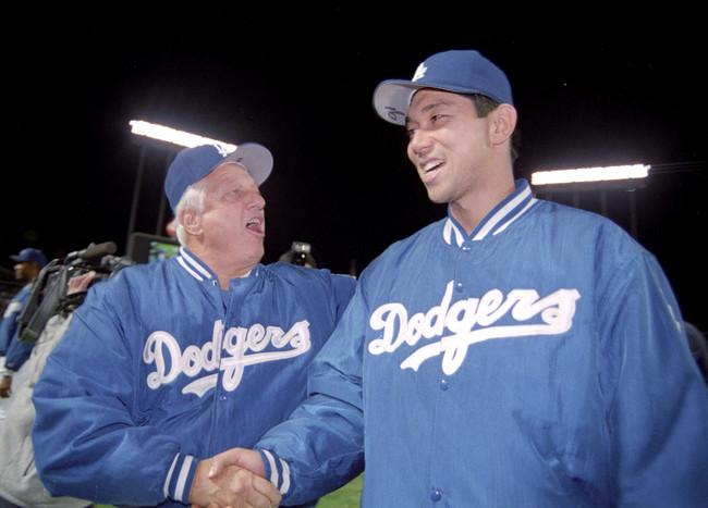 95年6月2日、メジャー初勝利を挙げ握手を交わす野茂英雄(右)とラソーダ監督