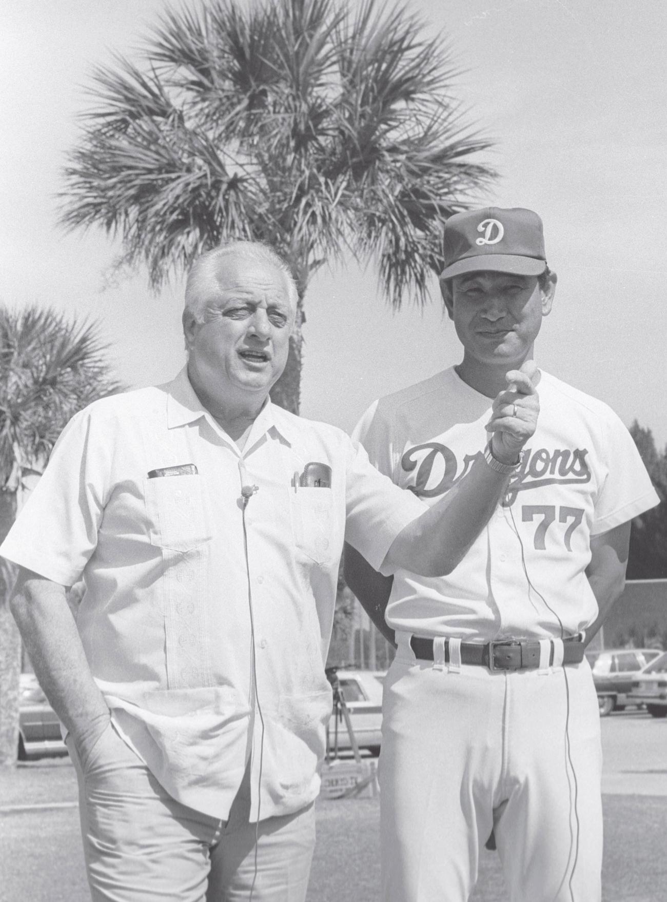 春季キャンプ地のベロビーチで談笑する中日星野仙一監督(右)とドジャースのトミー・ラソーダ監督(1988年2月撮影)