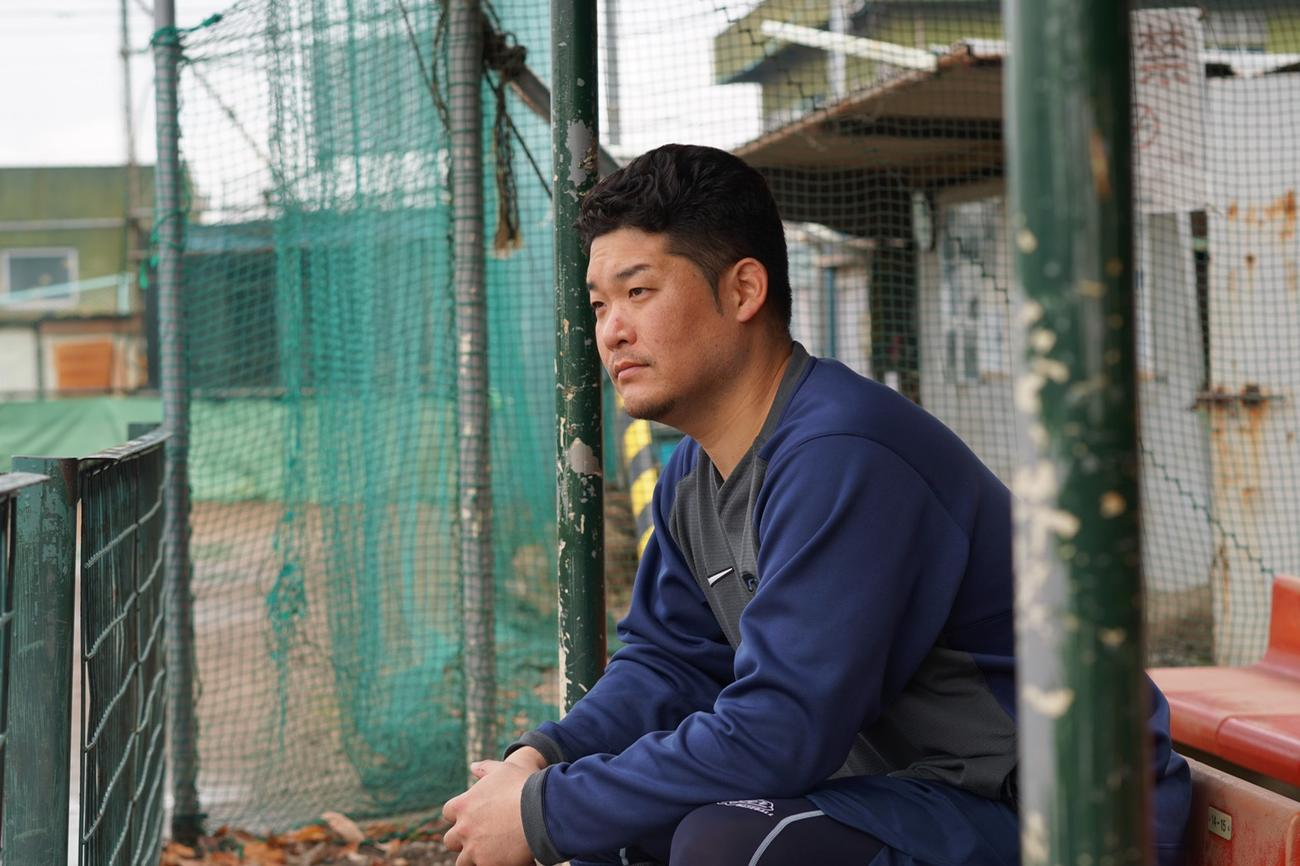 ベンチに座る筒香は真剣な表情でグラウンドを見つめる(撮影・為田聡史)