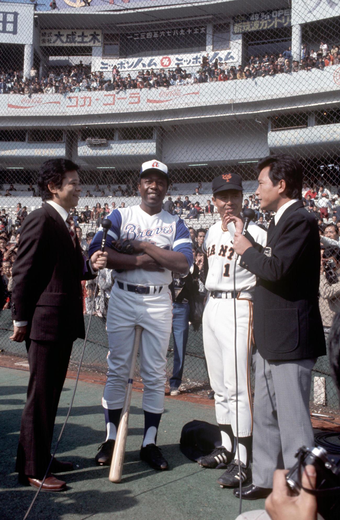 ハンク・アーロン(中央左)と巨人王貞治(同右)(1974年11月2日撮影)