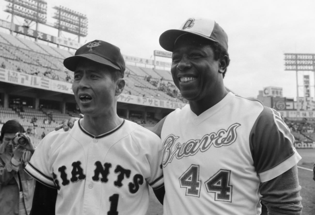 74年11月、日米野球での本塁打競争を前に、肩を抱き合う巨人王(左)とハンク・アーロンさん