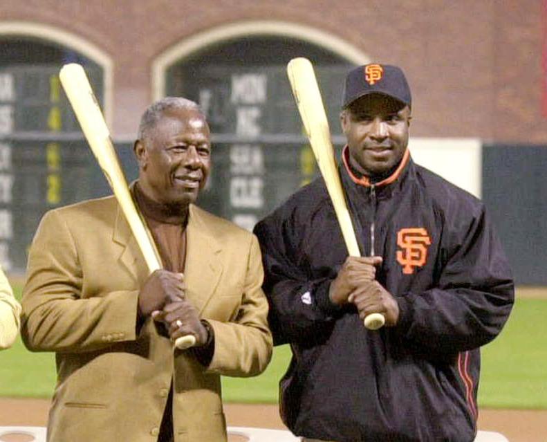 02年、バリー・ボンズ(右)の通算600号本塁打セレモニーに参加したハンク・ーロン氏