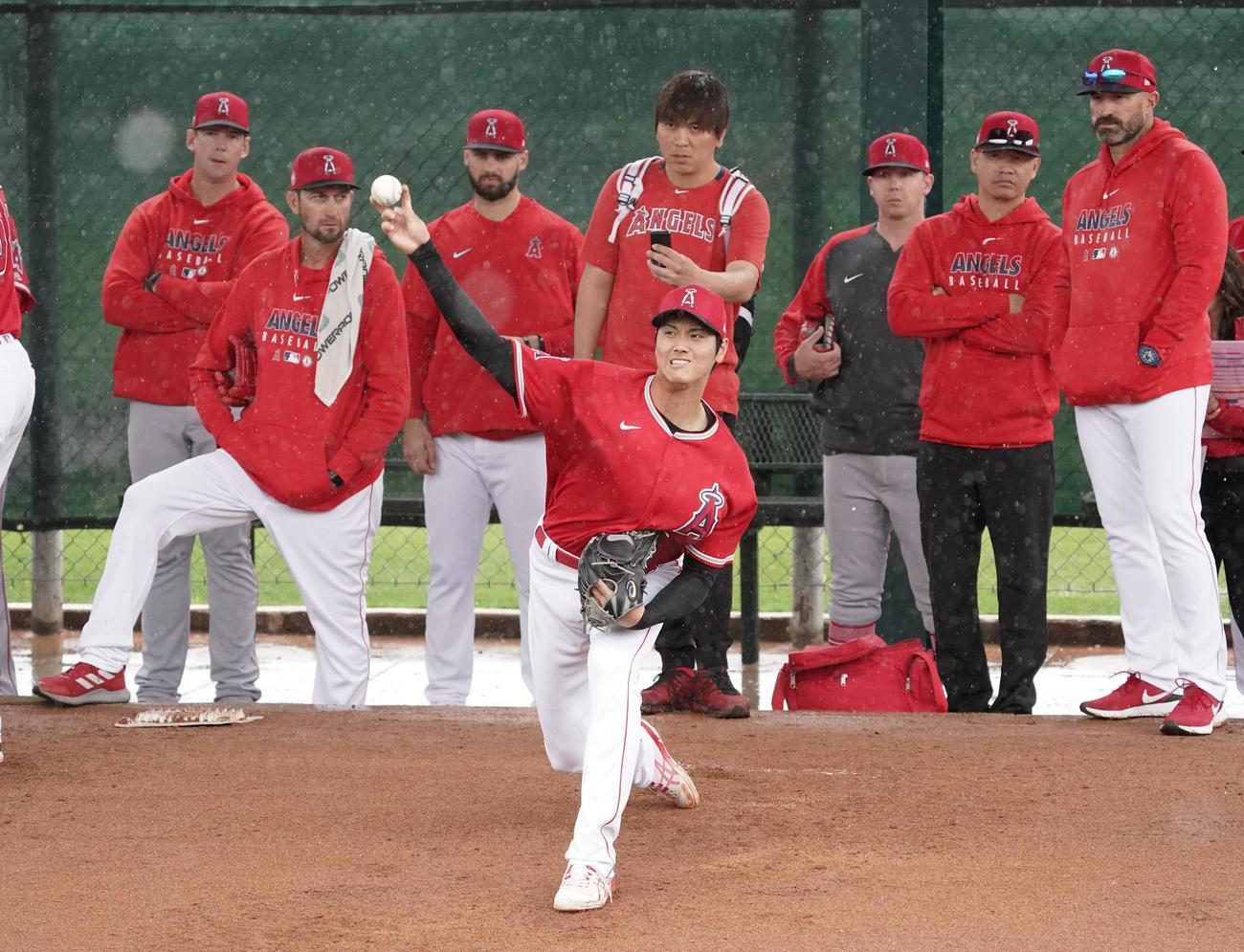 ミッキー・キャロウェー投手コーチ(右端)らの視線を受けながらブルペンで投球練習をするエンゼルス大谷(2020年3月11日撮影)