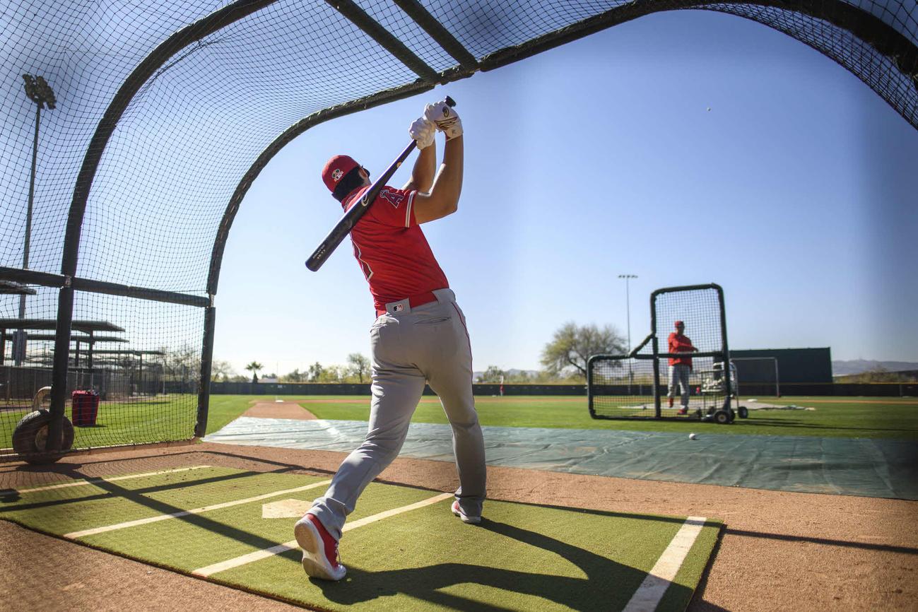 アリゾナの青空に向かって打球を飛ばすエンゼルス大谷(Angels Baseball)