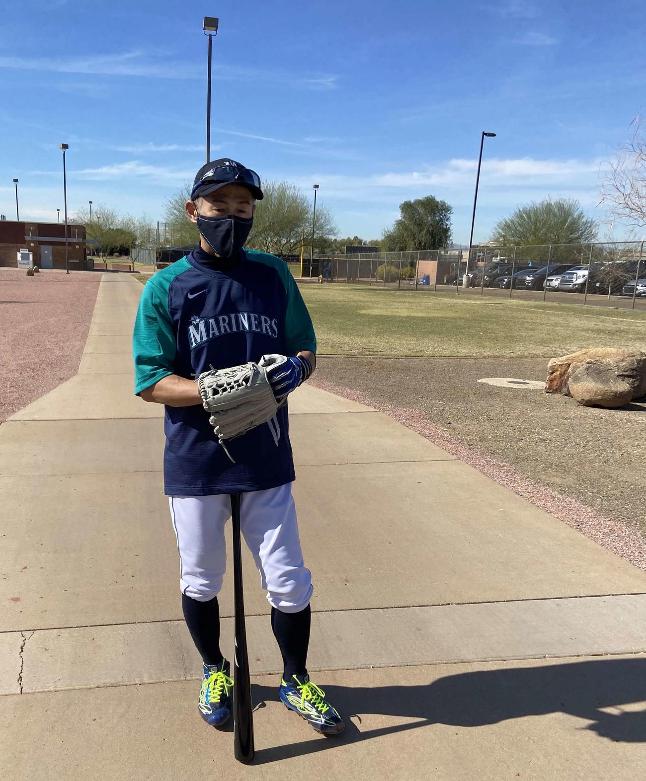 イチロー氏も、特注マスクを着用してキャンプイン。