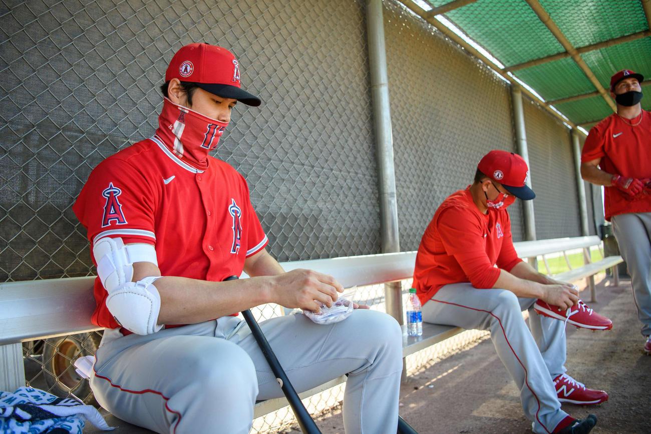 ベンチで準備するエンゼルス大谷(Angels Baseball)