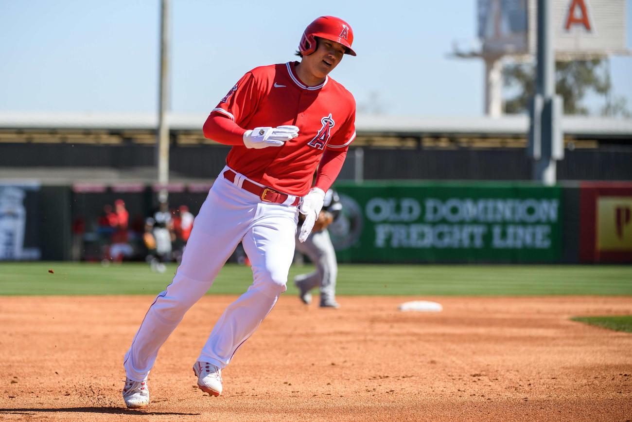 ホワイトソックス戦の3回、左前打で出塁後に後続の安打で三塁を回るエンゼルス大谷(Angels Baseball)