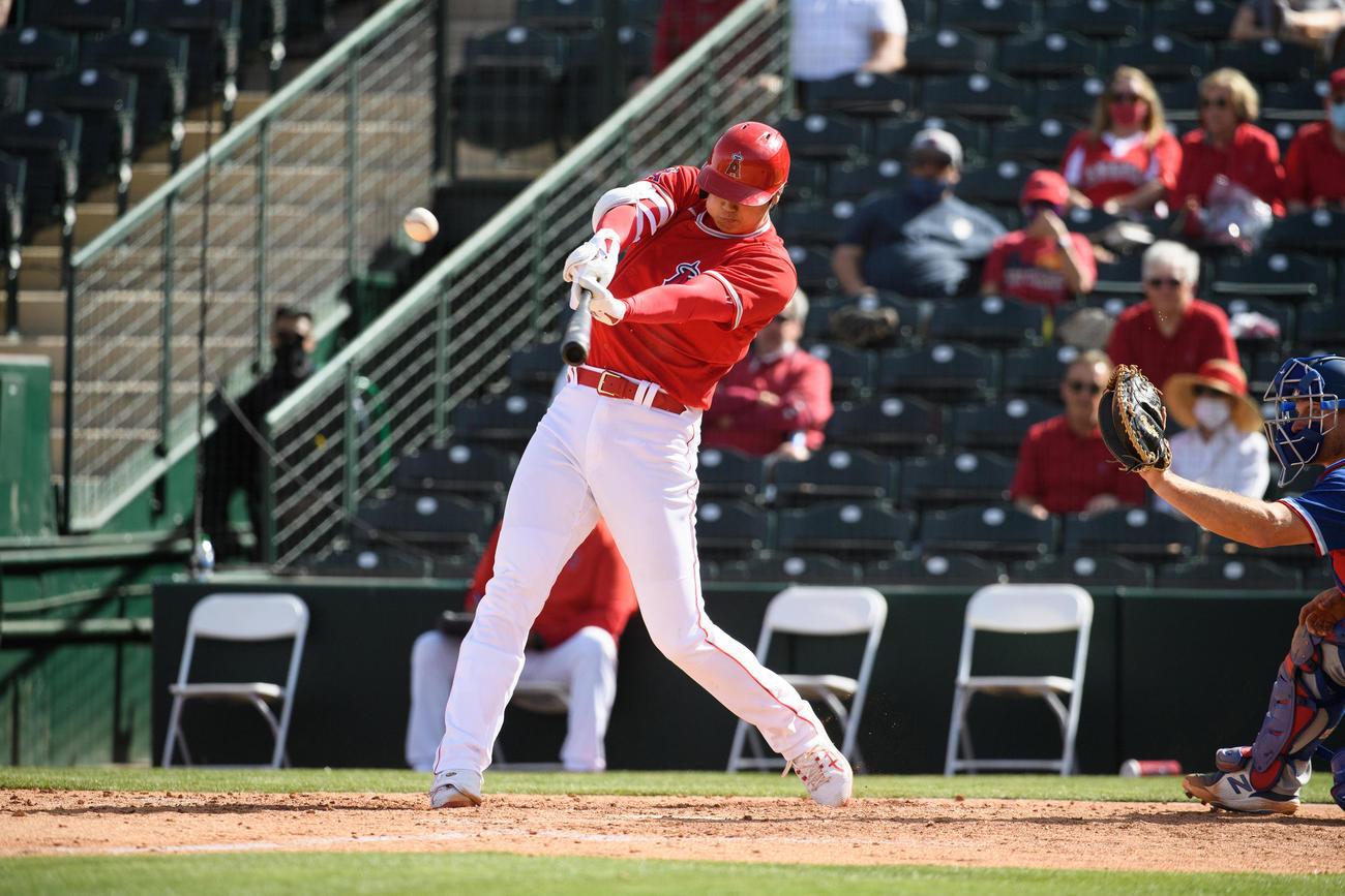 レンジャーズ戦の5回、オープン戦初本塁打となる2ランを放つエンゼルス大谷(Angels Baseball)