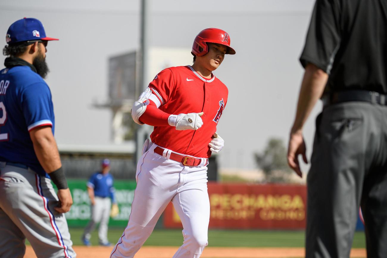 レンジャーズ戦の5回、オープン戦初本塁打となる2ランを放ち、ベースを回るエンゼルス大谷(Angels Baseball)