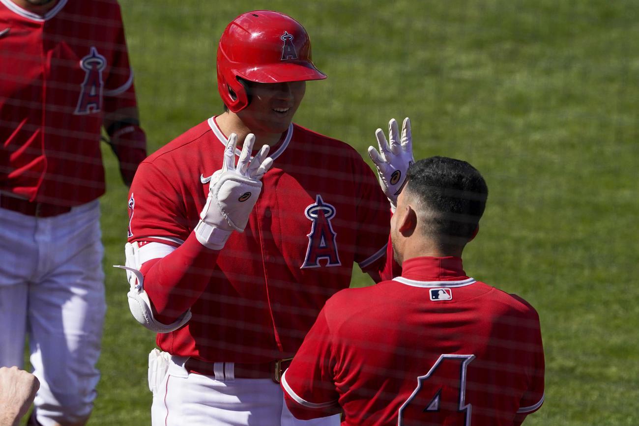 エンゼルス対インディアンス 3回、バックスクリーンを越える本塁打を放った大谷(左)右はイグレシアス(ロイター)