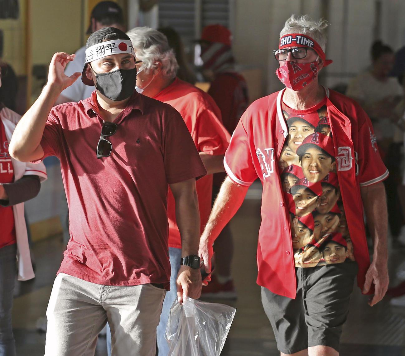 エンゼルスとホワイトソックスの開幕戦で、球場内を歩く大谷のファン(共同)