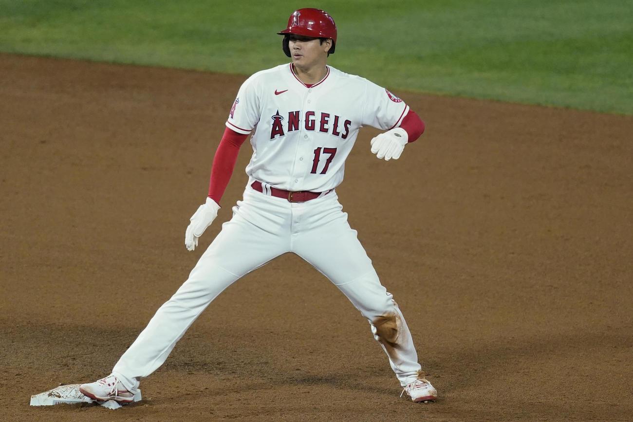 5回、今季初盗塁を決めた大谷(AP)