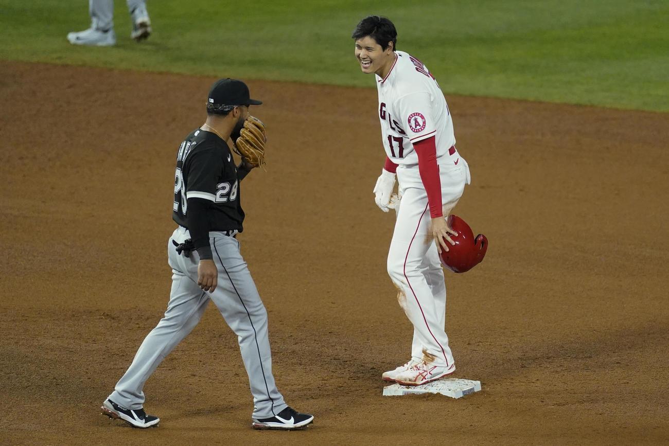 5回、二盗を決めた大谷とホワイトソックス・ガルシア二塁手(AP)