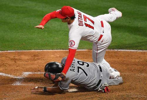 5回裏、本塁ベースカバーに入った大谷はアブレイユと交錯し転倒(ロイター)