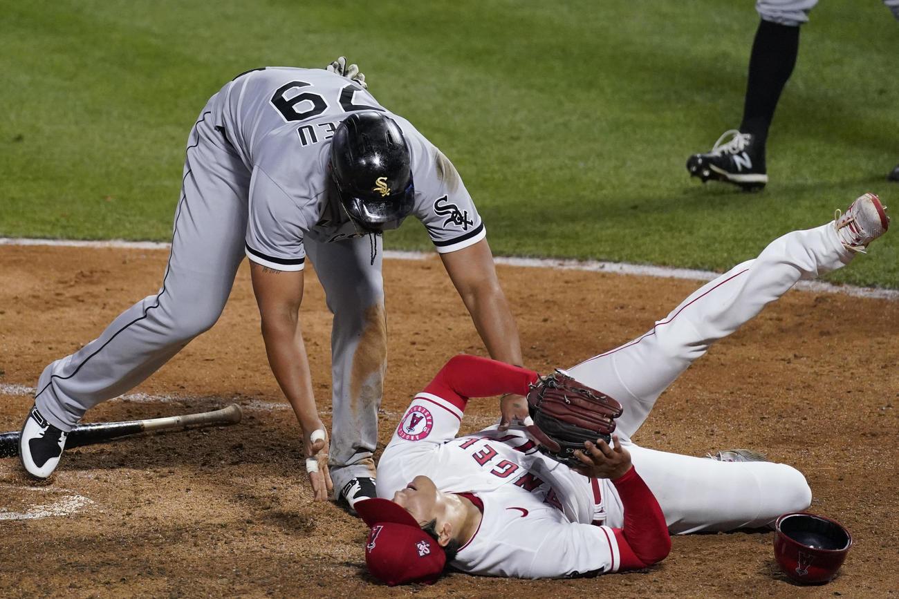 5回、本塁ベースカバーに入った大谷はスライディングを受け転倒する(AP)