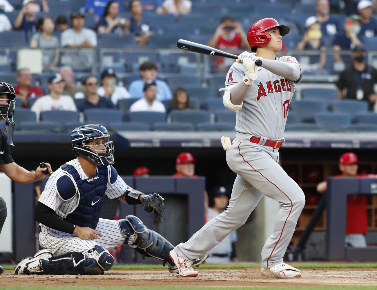 ヤンキース戦の1回、2試合連続本塁打となる先制の26号ソロを放つエンゼルス大谷(共同)