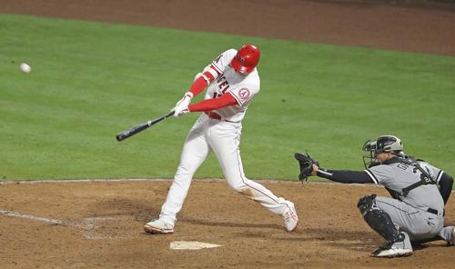 ホワイトソックス戦の9回、今季初本塁打となる2点本塁打を放つエンゼルス大谷(共同)