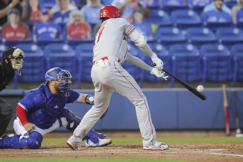 2回、走者一掃の適時二塁打を放つ大谷(AP)