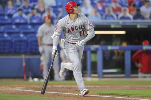 2回、右中間へ走者一掃の3点二塁打を放つ大谷(AP)