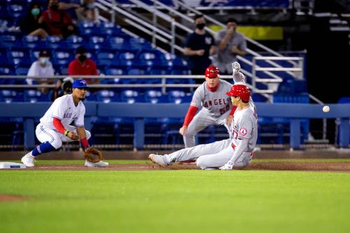 1回、三塁打を放ち滑り込む大谷(ロイター)