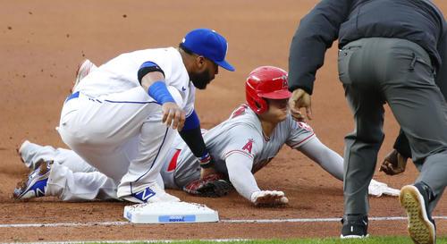 ロイヤルズ戦の1回、左前打で出塁後、一塁でけん制アウトになるエンゼルス大谷(共同)