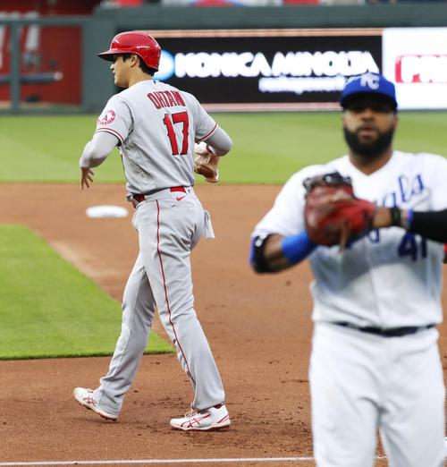 ロイヤルズ戦の1回、左前打で出塁後、一塁でけん制アウトになったエンゼルス大谷(共同)