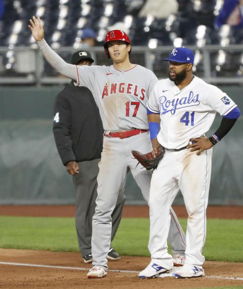 ロイヤルズ戦の5回、失策を誘う遊ゴロで出塁したエンゼルス大谷。三走が生還した(共同)