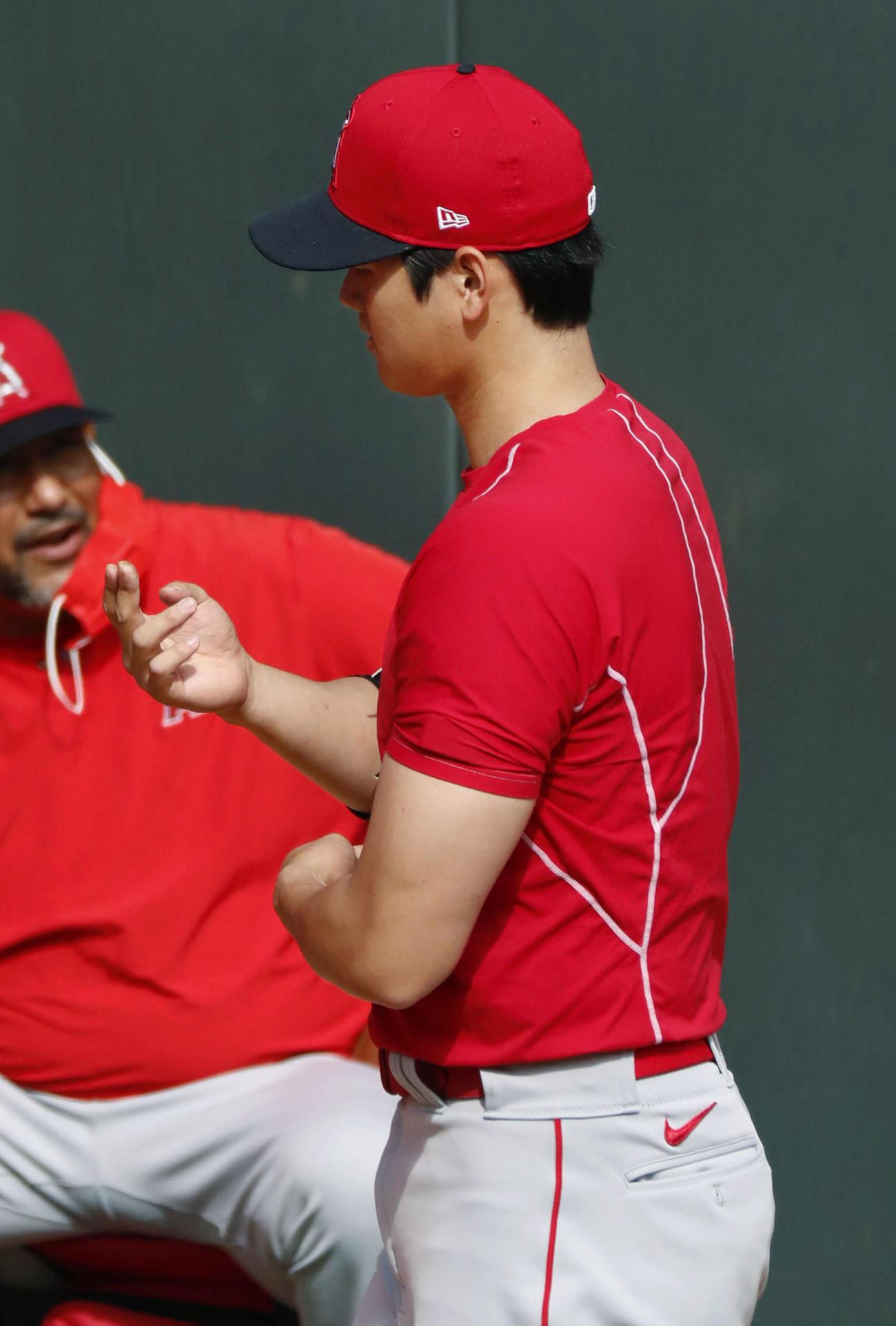 ブルペンでの投球練習を終え、指を気にするしぐさを見せるエンゼルス大谷(共同)