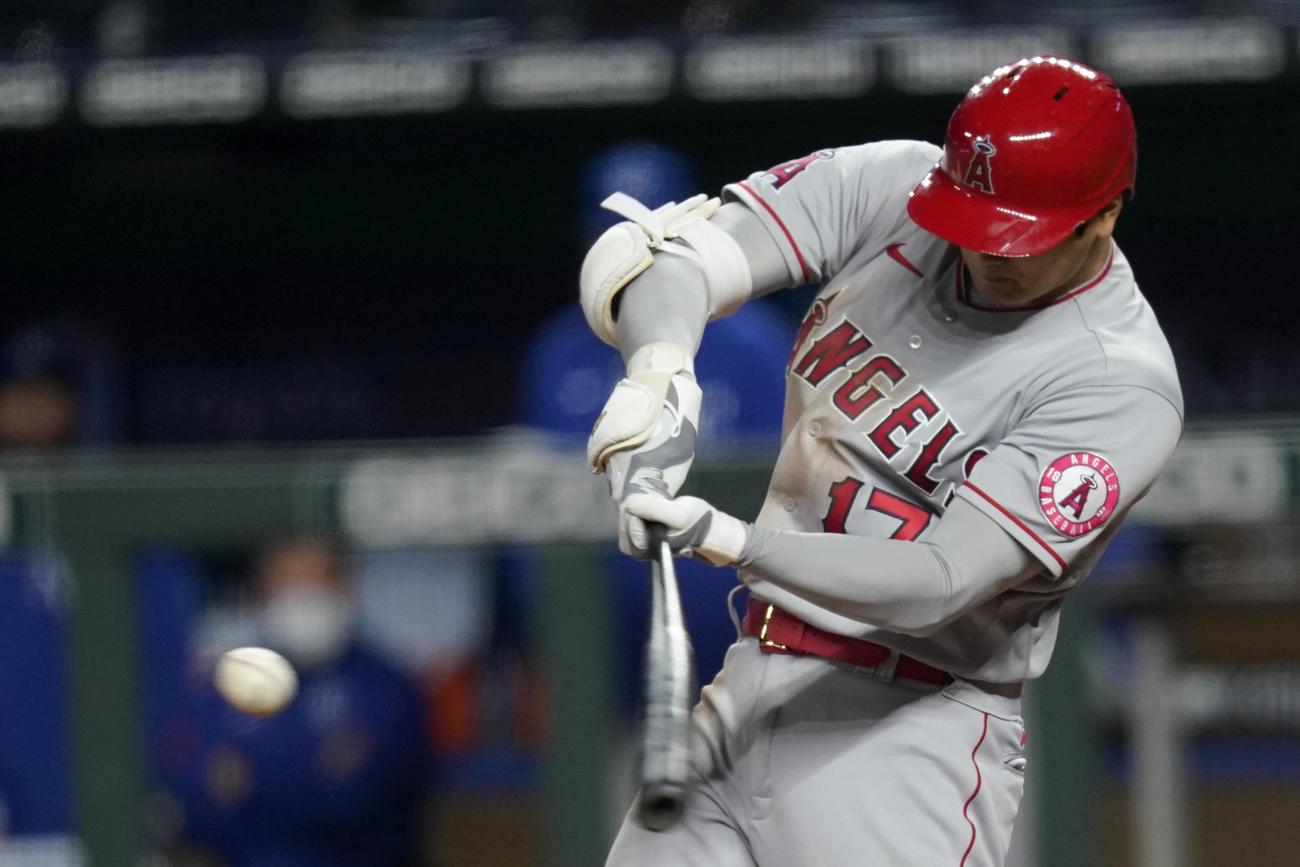 7回、エンゼルス大谷は2点適時二塁打を放つ(AP)