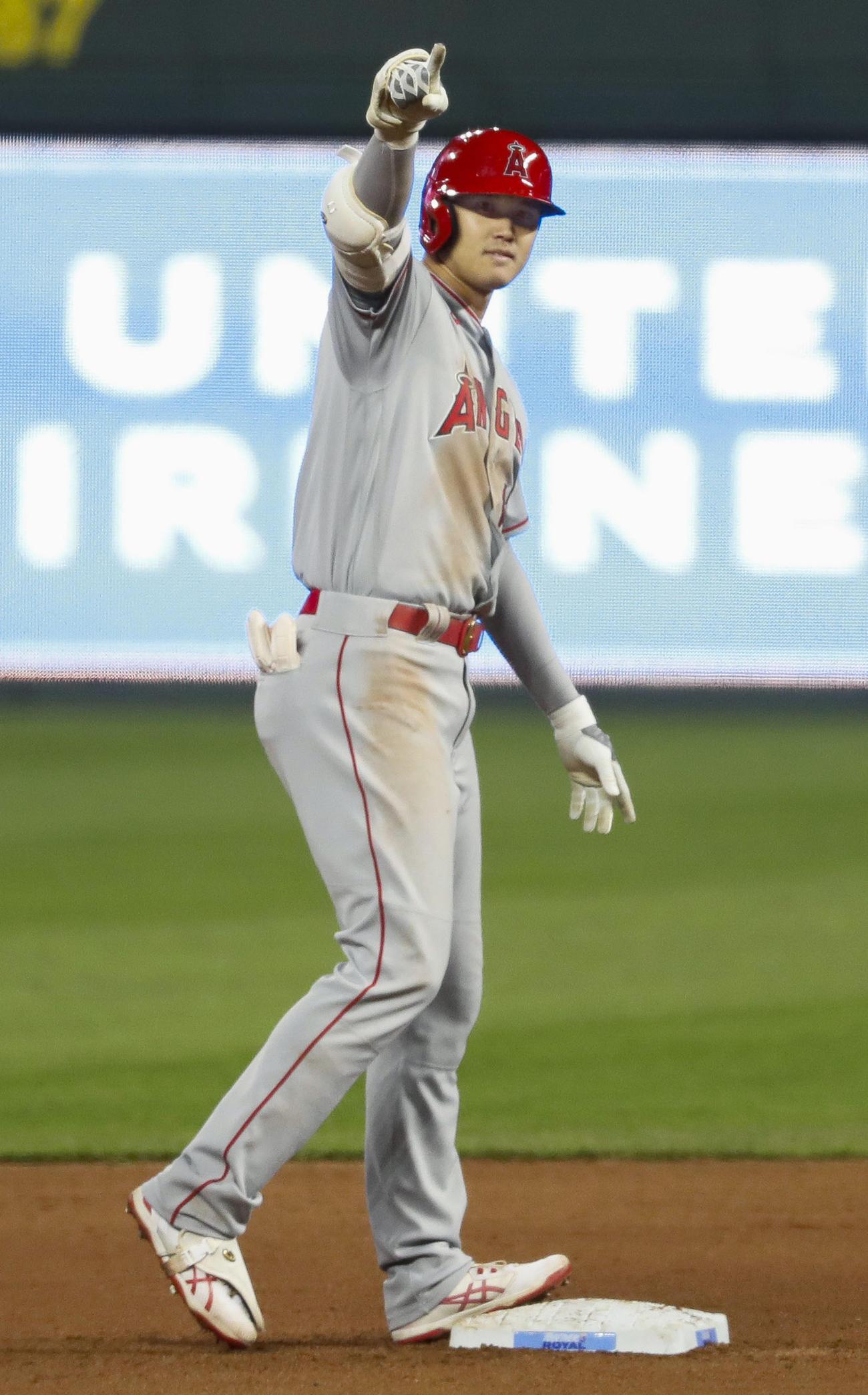 ロイヤルズ戦の7回、2点二塁打を放ち塁上でベンチを指さすエンゼルス大谷(共同)