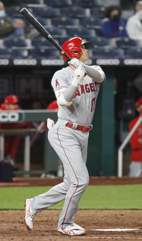 ロイヤルズ戦の5回、本塁打を放つエンゼルス大谷(共同)