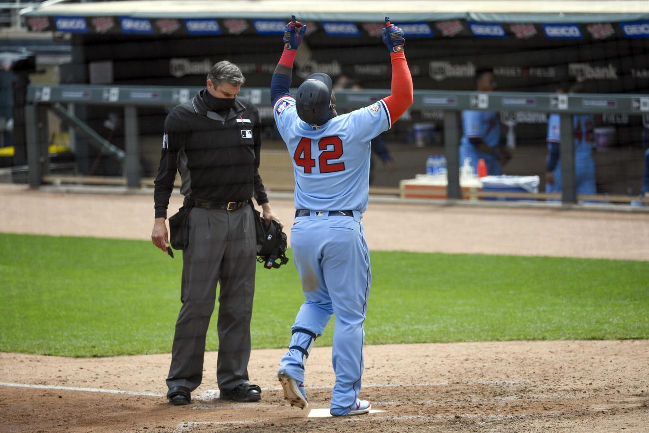 6回、レッドソックス沢村から本塁打を放ち、天を指差してホームを踏むツインズ・サノ。「ジャッキー・ロビンソン・デー」のため背番号は「42」(AP)