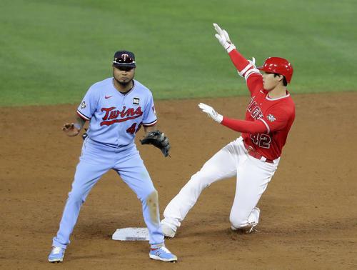 ツインズ戦の6回、中前打で三塁への送球の間に二進するエンゼルス大谷(共同)